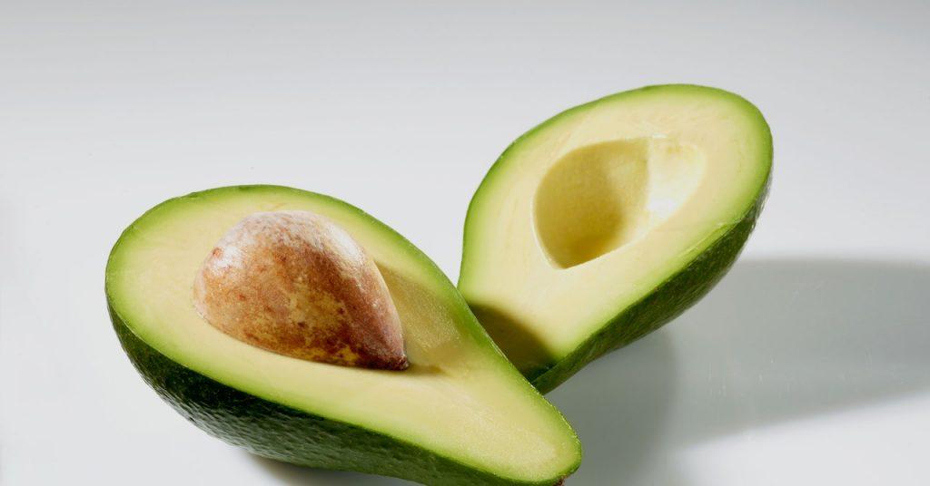 avokádo a svieže letné smoothie